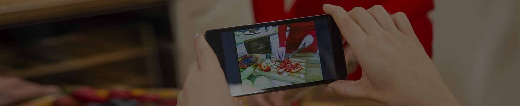 調理の様子を動画で撮影する