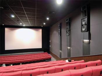映画館で映画を観て、館内の清掃状況やパンフレットなどの売り場づくりについてコメントする評価